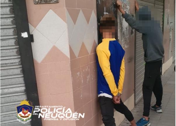 Detienen a dos jóvenes que robaban ropa deportiva en locales del centro capitalino