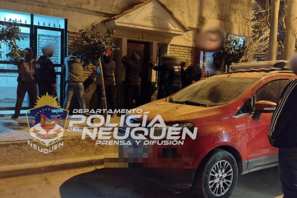 Confluencia: Detectan ocho personas abordo de un auto robado consumiendo estupefacientes