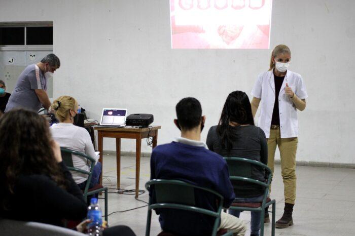 Una precandidata brinda cursos de RCP gratuitos como parte de la campaña